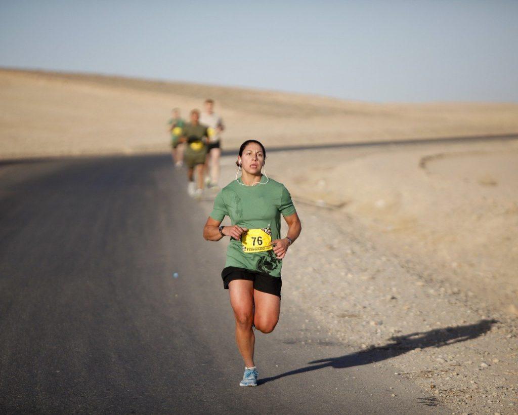 futó nő a sivatagban
